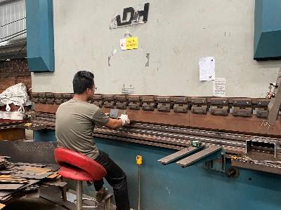 钢厂入库资源下降 普通的现在钢板多少钱一吨