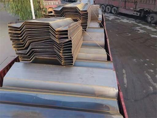 郑州钢板运输工人——钢铁贸易的桥梁
